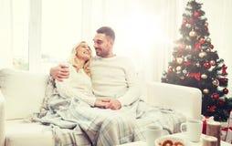 Счастливые пары дома с рождественской елкой Стоковые Изображения RF