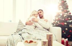 Счастливые пары дома с рождественской елкой Стоковое фото RF
