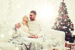 Счастливые пары дома с рождественской елкой Стоковое Изображение RF