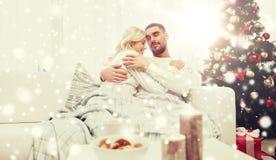 Счастливые пары дома с рождественской елкой Стоковое Изображение