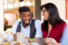 Счастливые пары есть на ресторане Стоковые Изображения RF