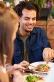 Счастливые пары есть на ресторане Стоковая Фотография RF