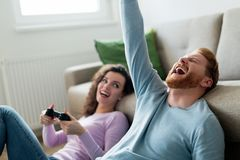 Счастливые пары играя видеоигры дома Стоковое Изображение RF