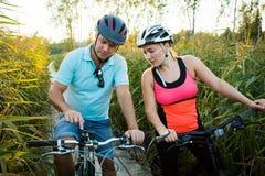 Счастливые пары ища на карте в смартфоне назначение стоковые фото
