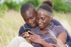 Счастливые пары лежа на траве летом стоковая фотография