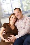 Счастливые пары надеясь усмехаться младенца стоковые изображения rf