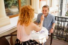 Счастливые пары наслаждаясь кофе на кофейне стоковые фотографии rf