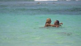 Счастливые пары на море видеоматериал