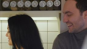 Счастливые пары на овощах кухни моя для того чтобы подготовить здоровый обедающий и говорить стоковая фотография