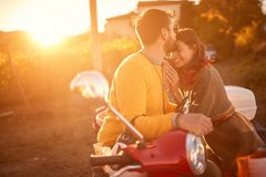 Счастливые пары на скутере наслаждаясь в романтичной поездке стоковое фото rf
