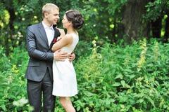 Счастливые пары обнимая один другого outdoors Стоковое Изображение