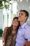 Счастливые пары около белого зодчества в парке лета солнечном Стоковое Фото