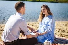 Счастливые пары отдыхая на пляже Стоковые Фото