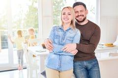 Счастливые пары представляя дома Стоковые Фото