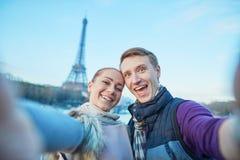Счастливые пары принимая selfie в Париже стоковое изображение rf