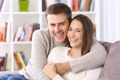 Счастливые пары при совершенная улыбка смотря вас Стоковые Фото
