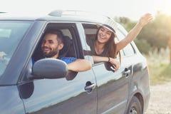 Счастливые пары путешествуя автомобилем в лете Стоковые Фото