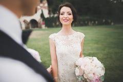 Счастливые пары свадьбы идя в ботанический парк Стоковые Фотографии RF