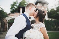 Счастливые пары свадьбы идя в ботанический парк Стоковое Изображение
