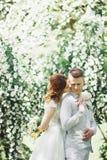Счастливые пары свадьбы идя в ботанический парк Стоковые Изображения