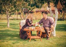 Счастливые пары сидя на таблице Стоковое Фото