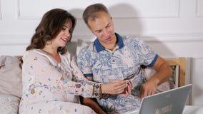 Счастливые пары смотря развертку младенца акции видеоматериалы