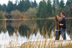 Счастливые пары снаружи на озере Стоковое Изображение