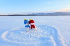 Счастливые пары снеговика в влюбленности стоя на снеге Покрашенное сердце Сочинительства 2019 Ландшафт с горами стоковая фотография rf