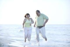 Счастливые пары старшиев на пляже стоковое изображение