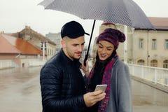 Счастливые пары с зонтиком Стоковое Изображение