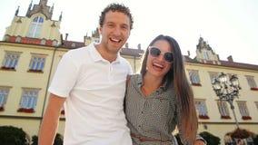 Счастливые пары с очаровывать одичалые улыбки представляя Outdoors смотреть камеру во время солнечного теплого летнего дня видеоматериал