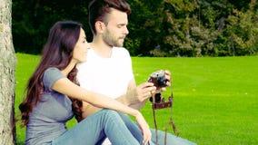Счастливые пары фотографируя со старой камерой акции видеоматериалы