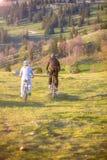 Счастливые пары mountainbike outdoors имеют потеху совместно на после полудня лета Стоковые Изображения