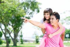 Счастливые пары outdoors Стоковые Изображения RF