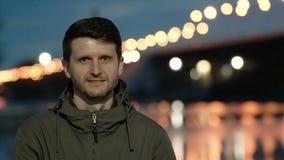 Счастливые повороты и взгляды человека вперед Вода в блесках реки красиво сток-видео