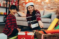 Счастливые подарки рождества пакета ребенка матери семьи стоковые изображения rf