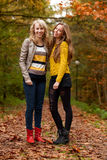 Счастливые подростки в пуще Стоковая Фотография