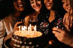Счастливые подруги празднуя день рождения Стоковые Изображения RF