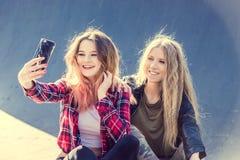 Счастливые подруги принимая selfie на летний день Стоковое фото RF