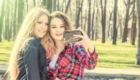 Счастливые подруги принимая selfie на летний день Стоковые Фотографии RF