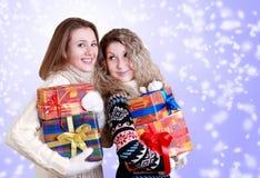Счастливые подруги с подарками на рождество Стоковое Фото