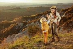 Счастливые подходящие мать и ребенок на лете Тоскане trekking высокие 5 стоковые изображения rf
