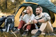 Счастливые пожененные пары наслаждаясь питьем в древесинах Стоковая Фотография RF