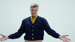 Счастливые пожилые танцы человека на белой предпосылке видеоматериал