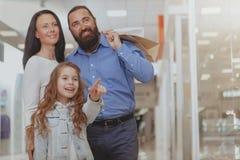 Счастливые покупки семьи на торговом центре совместно стоковые фотографии rf
