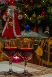 Счастливые праздники и приветственные восклицания с 2 стеклами красного вина стоковые фото