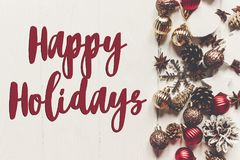 Счастливые праздники отправляют СМС, сезонный знак поздравительной открытки современное orname стоковые фотографии rf