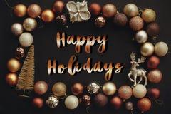 Счастливые праздники отправляют SMS, рукописный золотой знак на золоте f рождества стоковые фото
