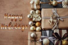 Счастливые праздники отправляют SMS, рукописный золотой знак на stylis рождества стоковые изображения
