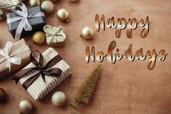 Счастливые праздники отправляют SMS, рукописный золотой знак на stylis рождества стоковое изображение